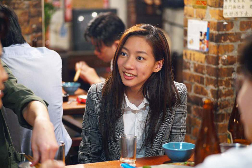 陳妤在「國際橋牌社」中飾演政治線記者。圖/公視提供