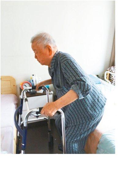經由長照物理治療師的指導,爸爸每日在家中練習上下肢的肌力。 圖╱林幸玟(北市松山...