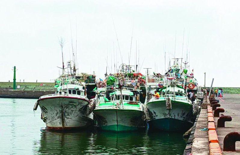 漁船進港後,漁工檢疫是船東的沉重負擔。 圖/聯合報系資料照片