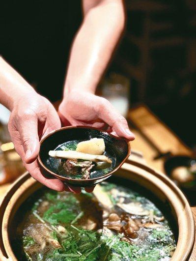 秋田烤米棒鍋是「頑」居酒屋的招牌菜色。 圖/陳志光、游慧君