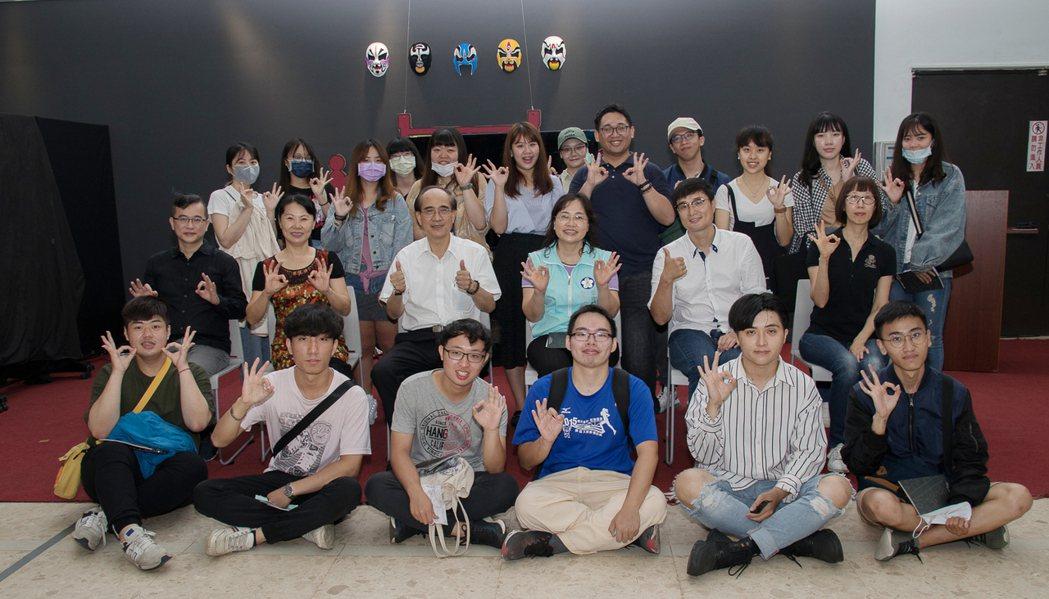 南華大學傳播系畢業展「軸」, 融入在地文化及時事議題。 洪紹晏/翻攝