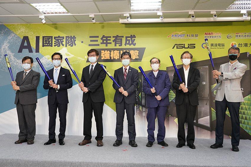 AI國家隊強棒再出擊,國研院院長王永和(左起)、台灣大哥大董事長蔡明忠、科技部次...