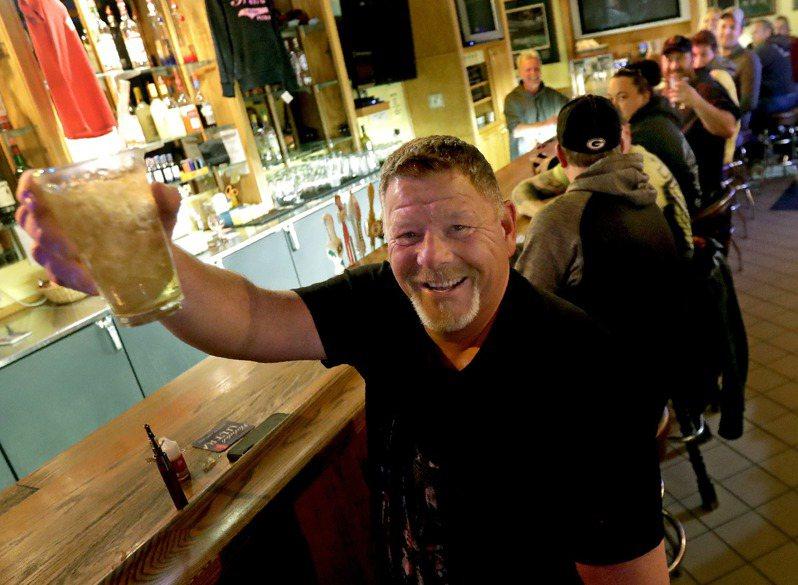 全美首例!威州最高法院推翻「居家令」酒吧秒湧人潮。 美聯社