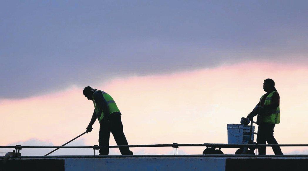 知情官員透露,政院有意將《勞工職業災害保險及保護法》、《最低工資法》兩項重要勞動...