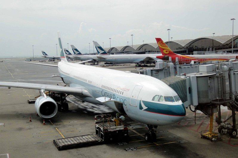 香港國泰航空公司4月的載客量大幅下跌99.6%,公司營運陷入困境。香港中通社