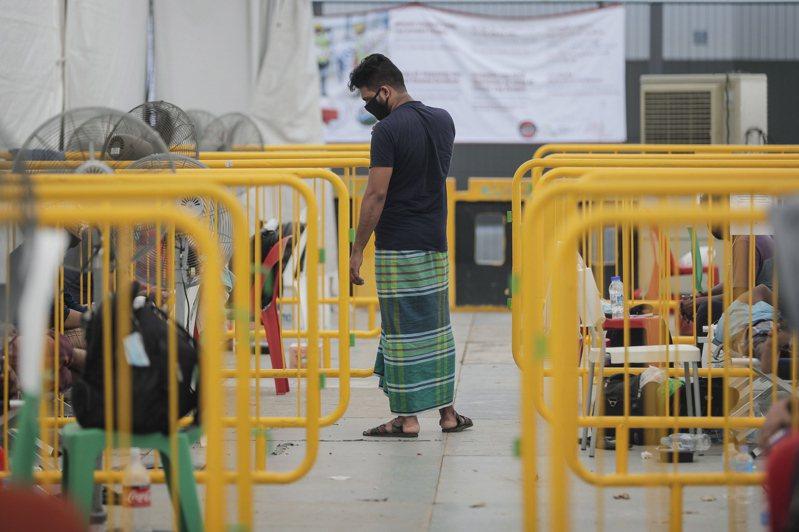 新加坡今(15日)新增793人確診新冠肺炎,其中絕大多數是外籍移工,全國累計確診病例達2萬6891例。 歐新社