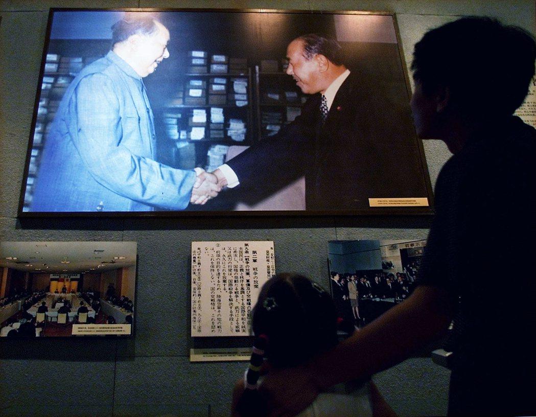 1972年,毛澤東(左)與時任日本首相田中角榮握手,是中日關係正常化的重要進程。...