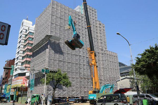 盧秀燕市長上任後未滿1年,成功取得「大智慧學苑」大樓全數24位所有權人同意拆除,將打通大智路,預計8月底完工。