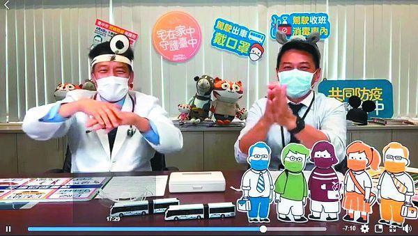 台中市政府衛生局長曾梓展(左)在臉書 粉專「健康就是讚」推出直播,邀交通局 長葉昭甫(右)擔任嘉賓,表演「內外夾 弓大立腕」洗手舞。