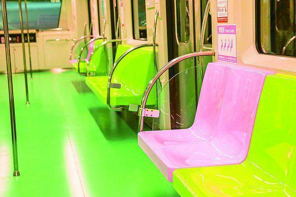 台中捷運綠線2020年底通車,車廂內裝打 造「馬卡龍配色」,粉綠色是一般座椅、 粉紅色博愛座。