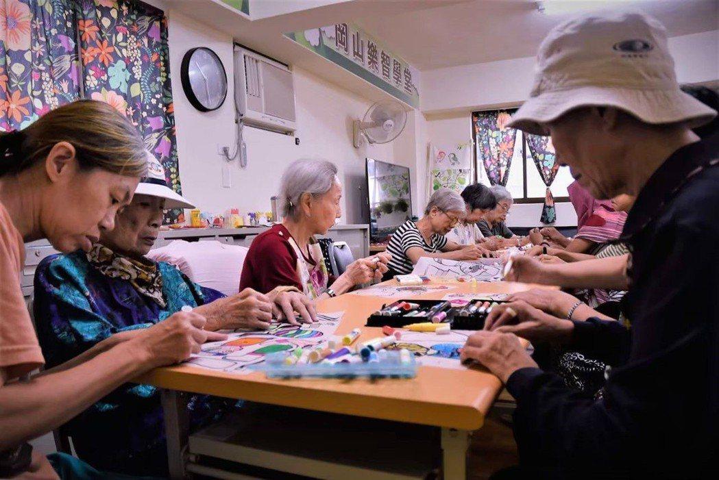 岡山樂智學堂,引導老人家們親手動手製作皮影戲偶。 高雄市衛生局/提供