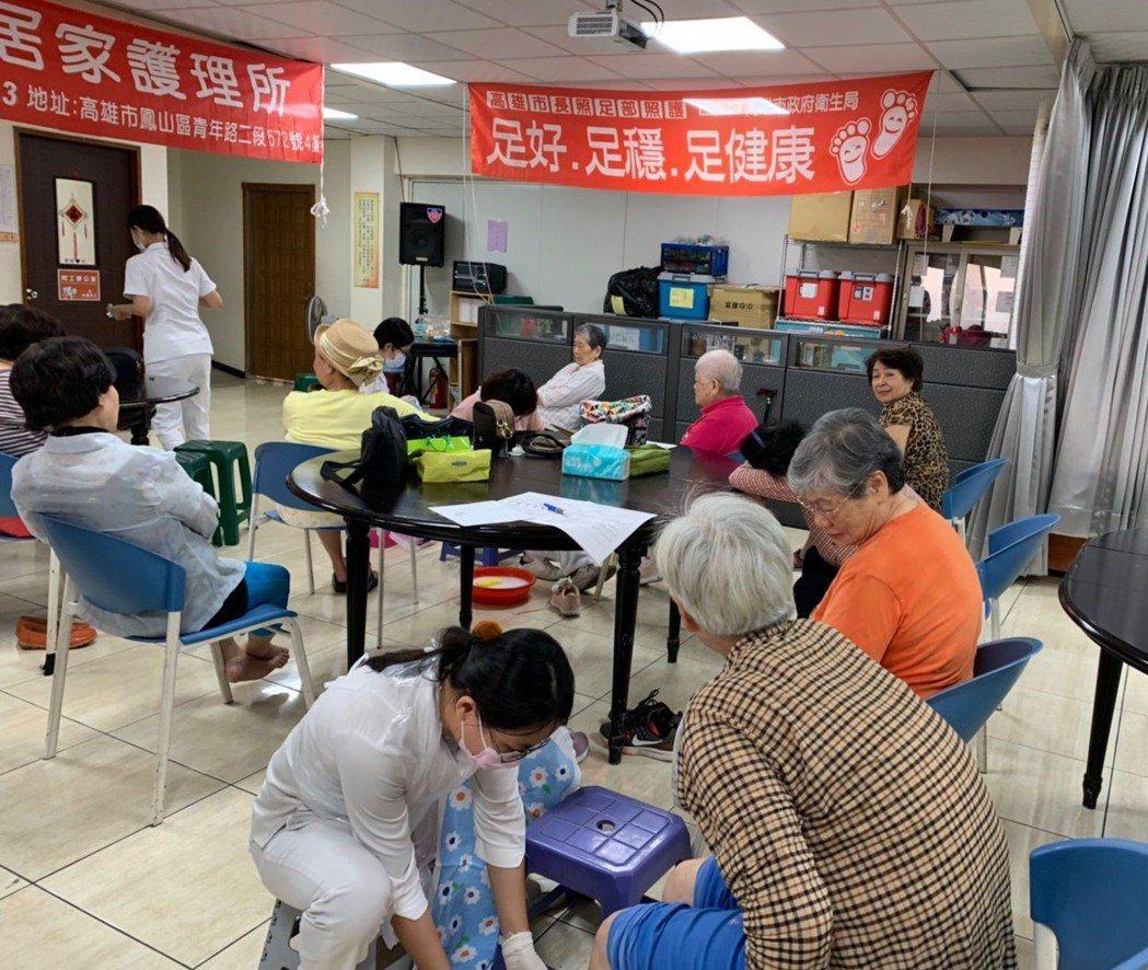 高雄市衛生局於鳳山浸信會舉辦高雄市長照足部照護社區推廣活動。 高雄市衛生局/提供