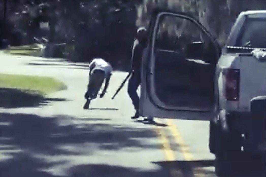 雙方在車輛附近發生衝突,阿貝瑞和崔維斯直接面對面肢體拉扯,最後在三聲槍響之後,阿...