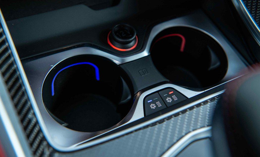 冷熱恆溫功能前座置杯架將飲品隨時維持在最佳溫度。