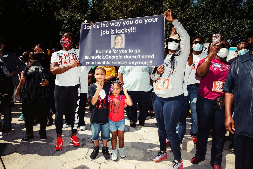 聲援阿貝瑞的NAACP喬治亞分會,抗議地方檢察官強生(Jackie Johnso...