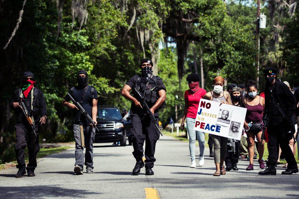 「沒有正義,就沒有和平。」圖為5月9日,聲援阿貝瑞的黑豹黨全副武裝,遊行抗議阿貝...