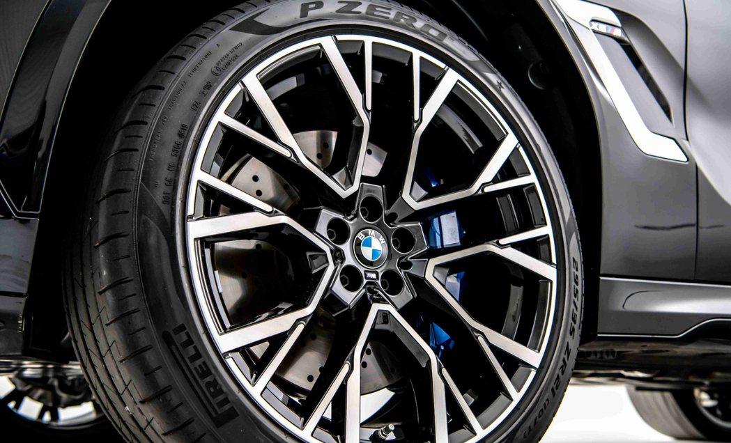 全新X6_M搭載專屬的前21、後22吋M星幅式809M型輪圈。