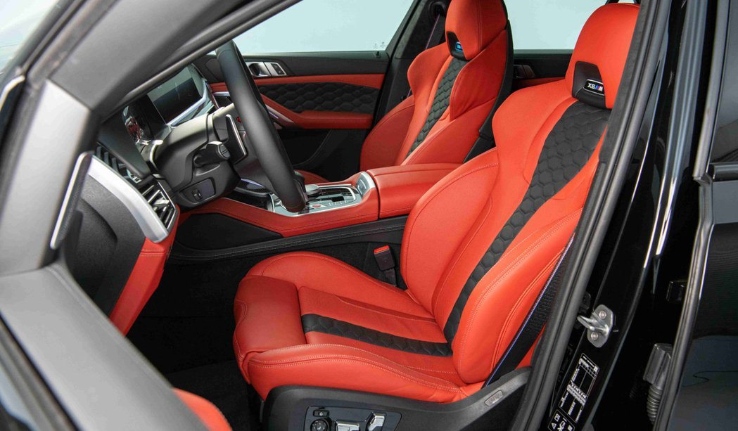 Merino皮革M專屬雙前座跑車座椅搭配M縫線安全帶為X6 M與生俱來的運動氣息...