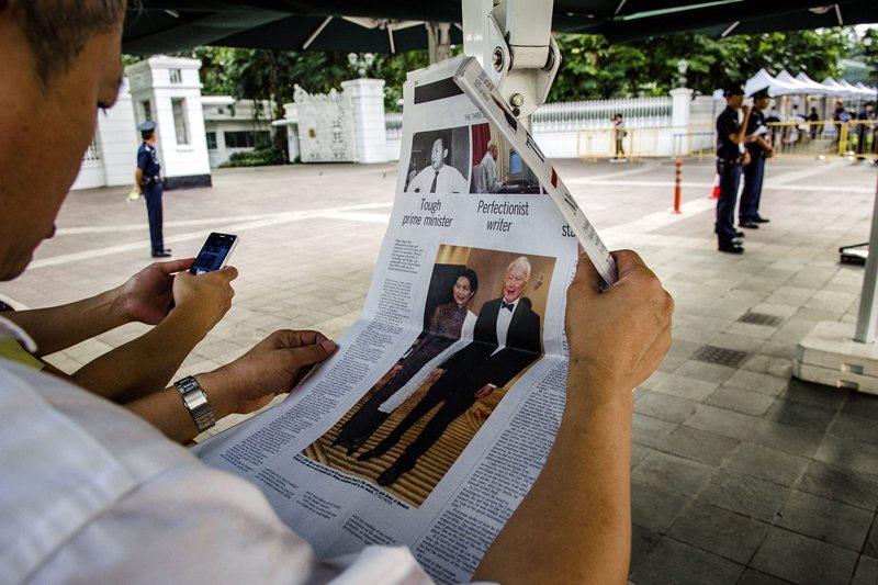 李光耀在1990年從總理一職退位,先後擔任國務資政和內閣資政。圖為李光耀逝世後的文章報導,攝於2015年。 圖/歐新社