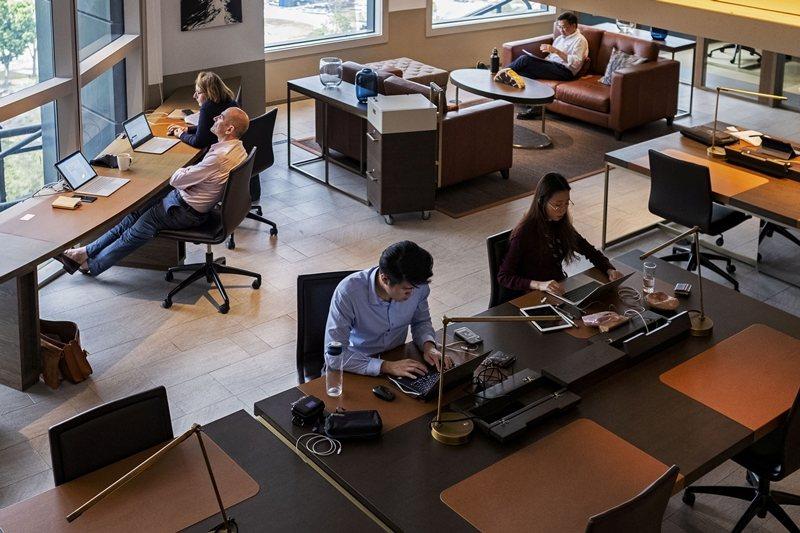 新加坡人出國學成後不回國,留在美、澳洲或其他英語系國家。不過,新加坡也吸引許多外國短期居留者。 圖/路透社