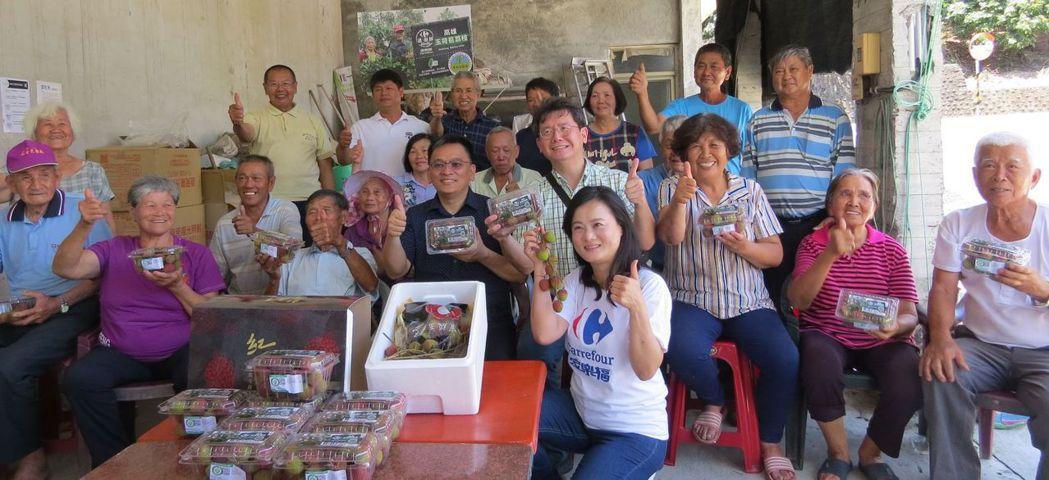 透過家樂福通路的協助下,不僅讓民眾方便購買道有品質把關的優質玉荷包,也讓旗山紅瓦...