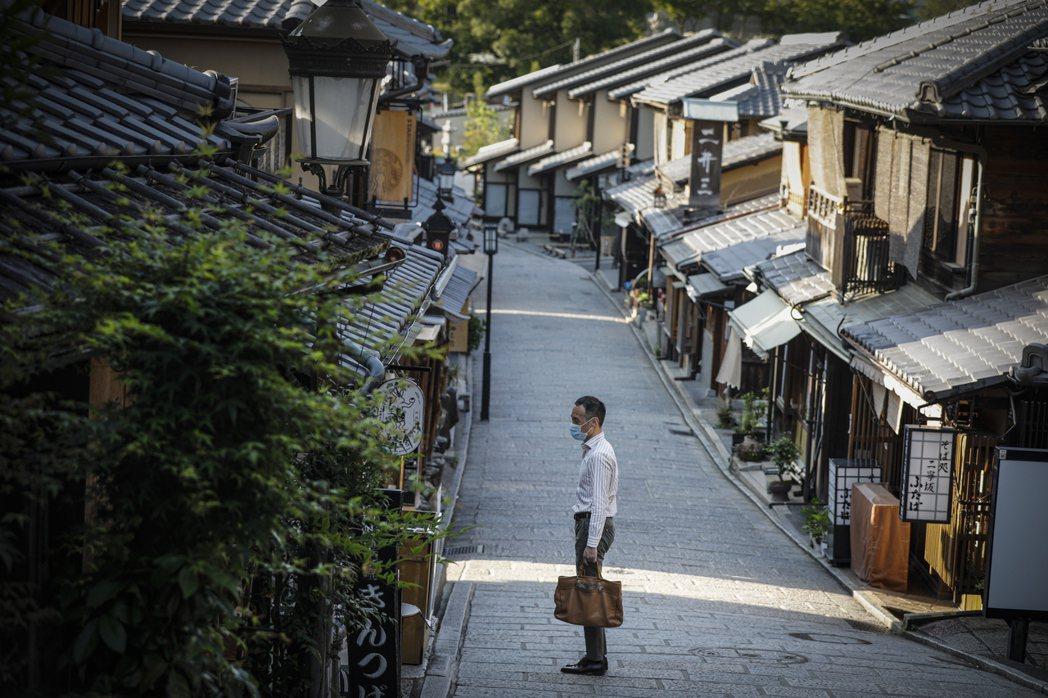 圖為日本京都,因為疫情的緣故遊客大量減少;但此前京都長久以來,也飽受旅遊觀光負荷...
