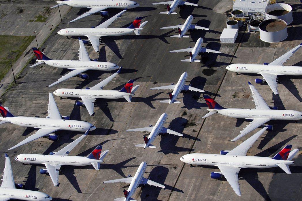 圖為因為疫情旅遊大減班,停靠在阿拉巴馬的美國DELTA航空飛機。 圖/路透社