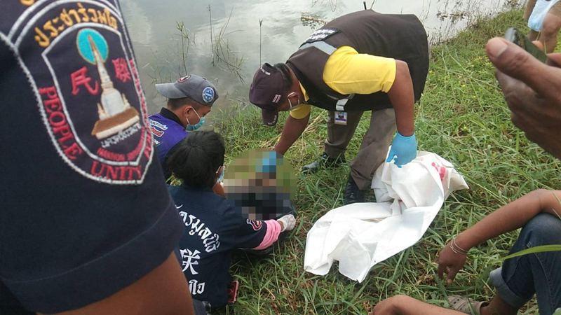 剛出生的小嬰兒遭人棄池塘邊,慘遭巨蜥啃食身體。圖擷自chiangraitimes