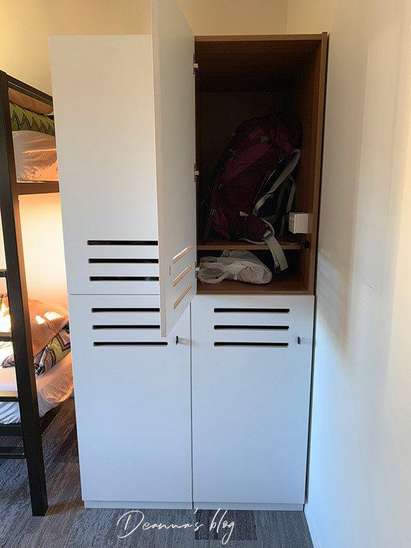 個人未上鎖置物櫃。置物櫃空間充足且深,可惜這趟背包客旅行無法以行李箱替大家實測,不保證能塞得進去置物櫃。另外外層有可上鎖設計,但並未提拱鎖頭,也就是說應該是要自備鎖頭。