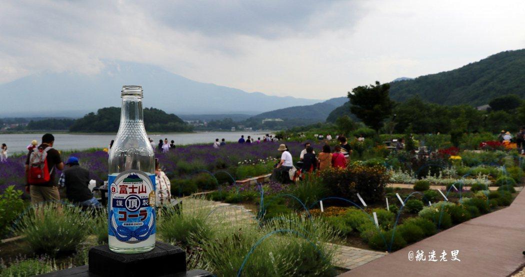 彌漫著薰衣草的清香,層層疊疊與富士山山頭白雪相互輝映,美得令人陶醉,任何文字描寫都顯得多餘了,紫色的花海和一望無際的藍色湖水相配襯,收納了河口湖最好的顏色。