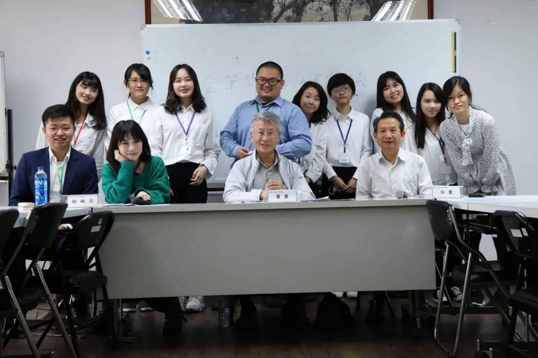 中央大學金筆獎決審會議,邀請徐珮芬、蕭蕭、白靈等作家蒞校