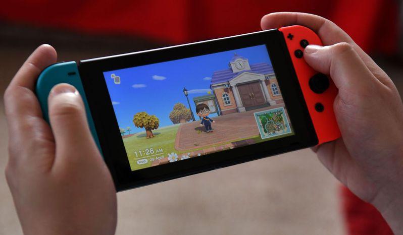 任天堂遊戲「集合啦!動物森友會」全球熱賣,遊戲軟體和主機一度大缺貨。法新社