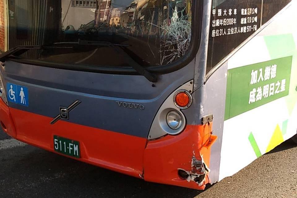 嘉義客運公車與機車在鹿草鄉擦撞 男騎士受傷送醫