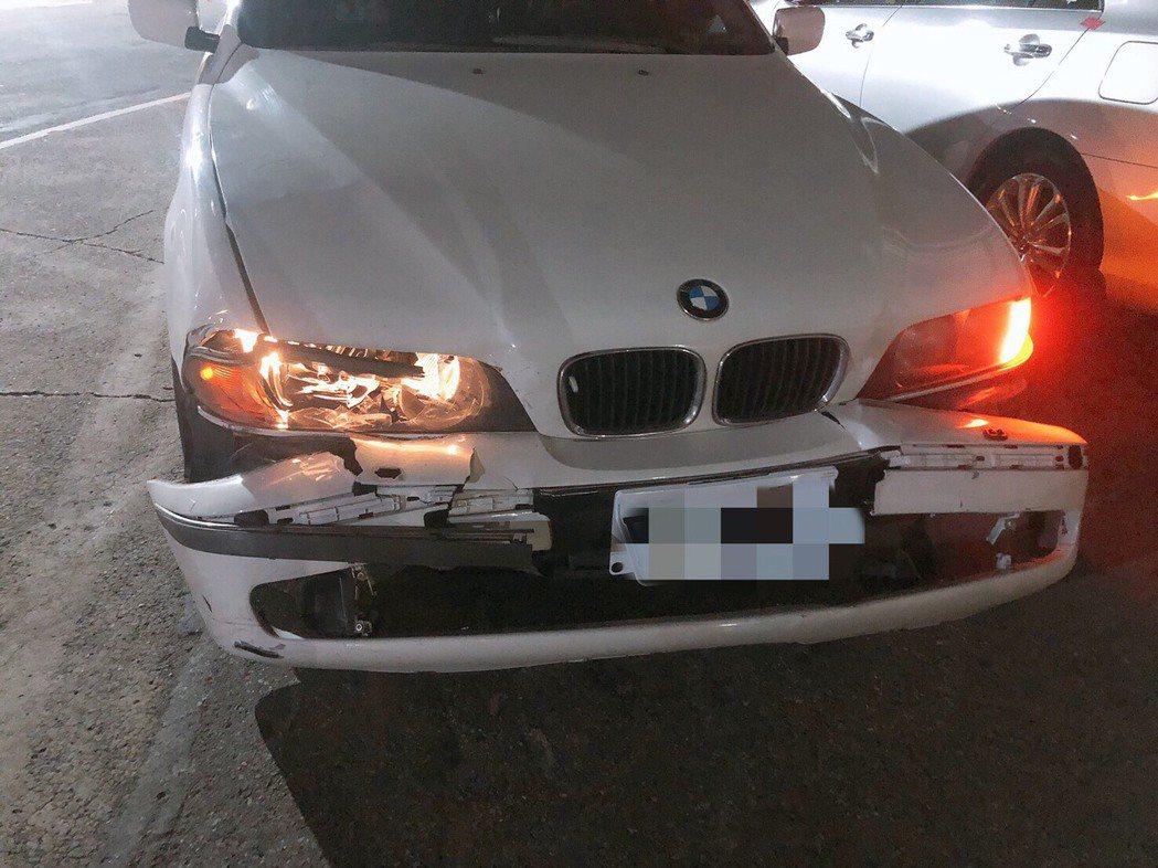 白色BMW汽車違規停在紅線上,車才被拖離現場沒幾分鐘,前保險桿竟然半路當街脫落,...