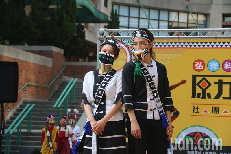 防疫期間,學生特別親手縫製原住民口罩,每個口罩有代表各族群的圖騰,戴在臉上讓人為之一亮。記者余采瀅/攝影