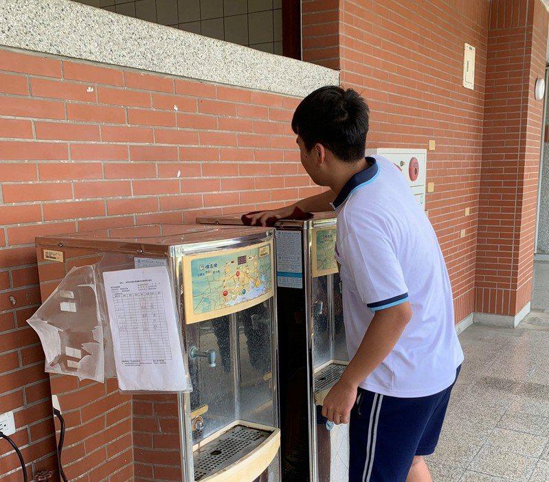 新化高中加強供餐區及飲水區清潔消毒。圖/新化高中提供