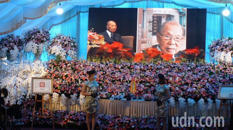 全國最年長的執業醫師謝春梅以99高齡辭世,上午舉行告別式,總統蔡英文到場致祭並頒...