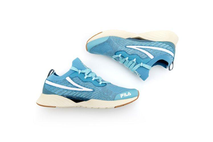 FILA RGB湖水藍跑鞋2,480元。圖/FILA提供
