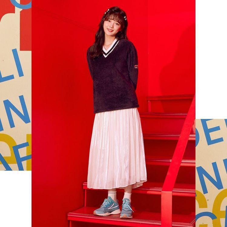 國民妹妹金裕貞示範FILA RGB跑鞋穿搭,凸顯了鞋款的百變與時髦特性。圖/FI...