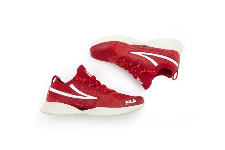 FILA RGB焰火紅跑鞋2,480元。圖/FILA提供