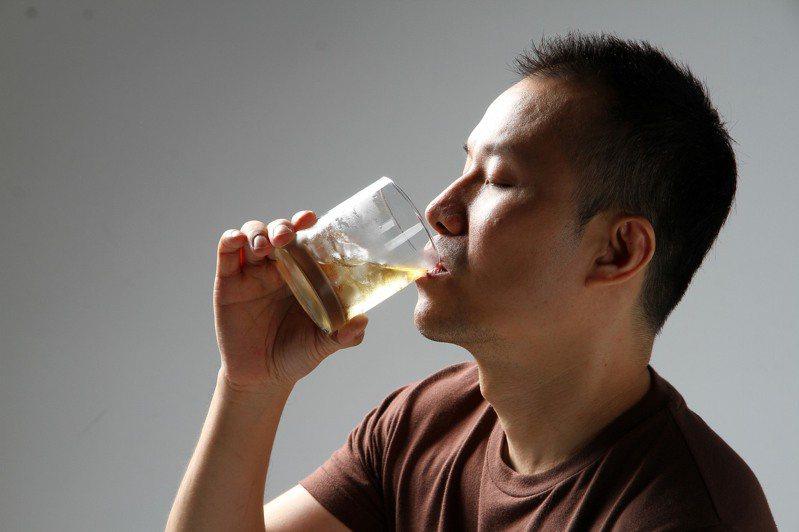 坊間解酒偏方多,但醫師們強調,最好的解酒方式就是「不過量飲酒、多喝水」。圖/聯合報系資料照片