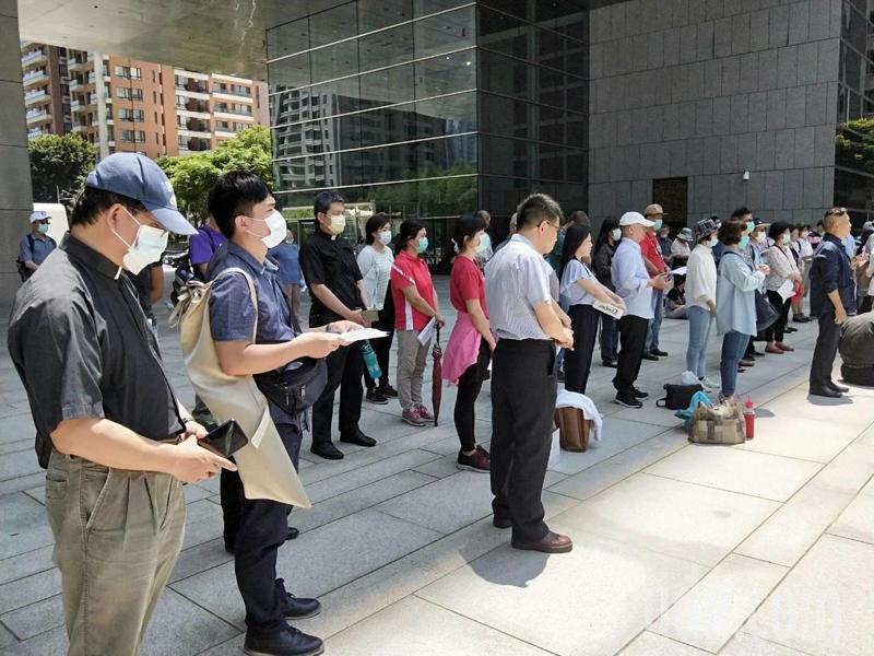 台灣基督教台中分會等團體約200人到台中市議會前靜坐陳情,反對台中市府以公部門預算購置大安媽祖文化園區的媽祖雕像,現場並進行連署。記者張明慧/攝影