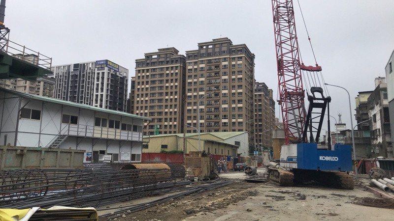 新北市工務局從今年3月起,開始施作汐止同興路穿越高速公路工程。圖/新北市工務局提供