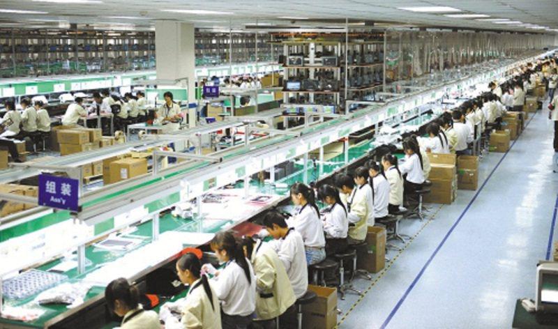 台企微盟電子昆山廠桌上型電腦組裝生產線。圖/新華社