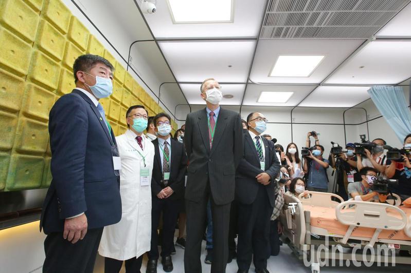 衛福部長陳時中(左一)與AIT處長酈英傑(前右二)下午參觀輔大醫院模組化病房。記者林澔一/攝影