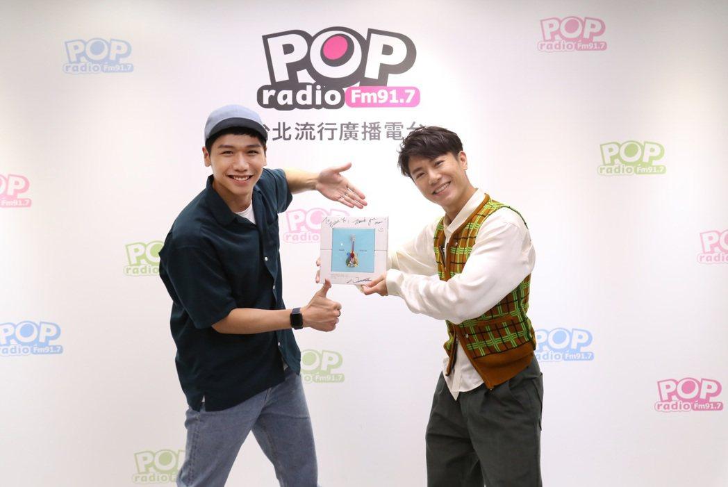 韋禮安(右)日前作客蔡旻佑主持的「POP原創漫遊」節目。圖/POP Radio提