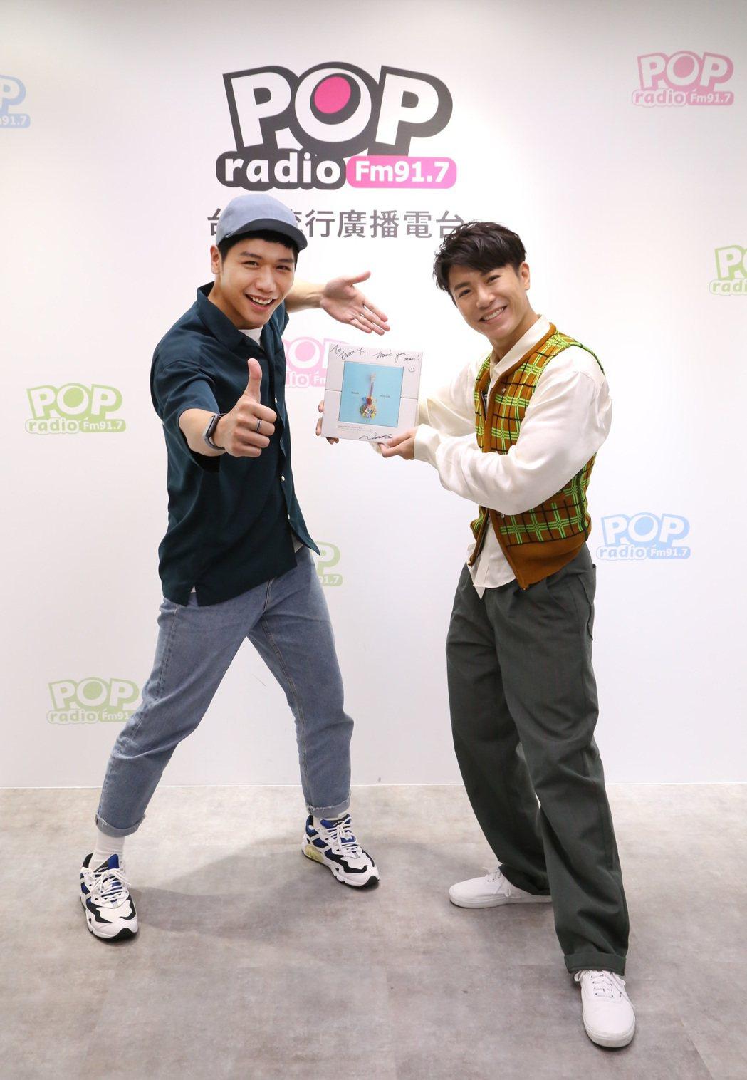 韋禮安(右)日前作客蔡旻佑主持的「POP原創漫遊」節目。圖/POP Radio提...