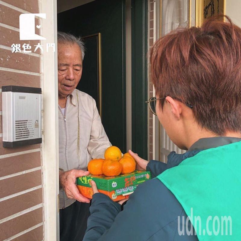 「銀色大門老人送餐服務平台」,提供為長輩送餐、關懷服務。圖/讀者提供