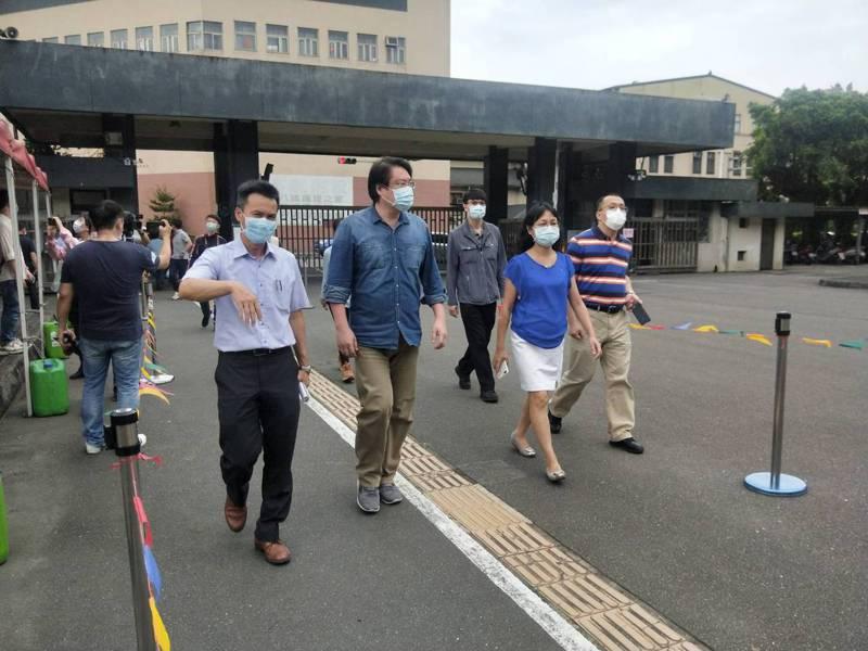 基隆市長林右昌今天視察國中會考考場準備情況,為考生加油打氣。記者游明煌/攝影