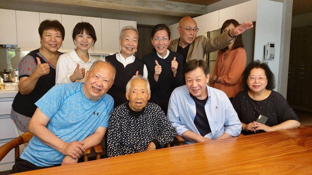 寇世勳(右二)與導演鄧安寧拜訪大林慈濟醫院曹汶龍醫師。圖/大愛台提供
